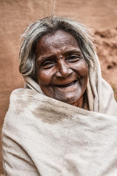 Le sourire et ses vertus - dame agée
